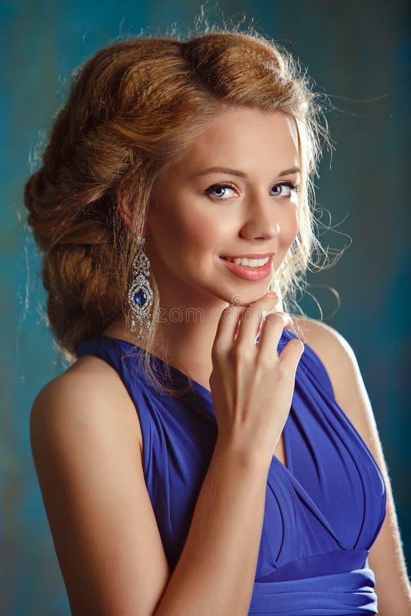 Portret powabna dziewczyna z gęstym blondynem wewnątrz i niebieskimi oczami obrazy stock