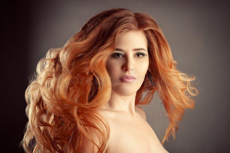 Portret powabna kobieta z wspaniałym czerwonym kędzierzawym włosy obraz royalty free