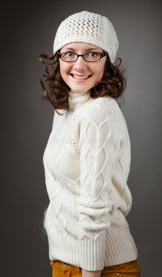 Portret powabna młoda uśmiechnięta brunetka jest ubranym chochet brzęczenia obraz royalty free