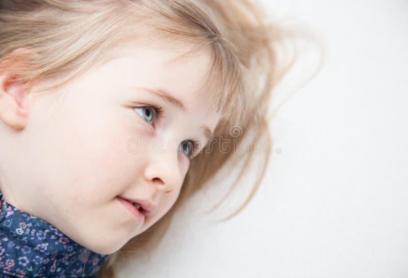 Portret powabna mała dziewczynka zdjęcie stock
