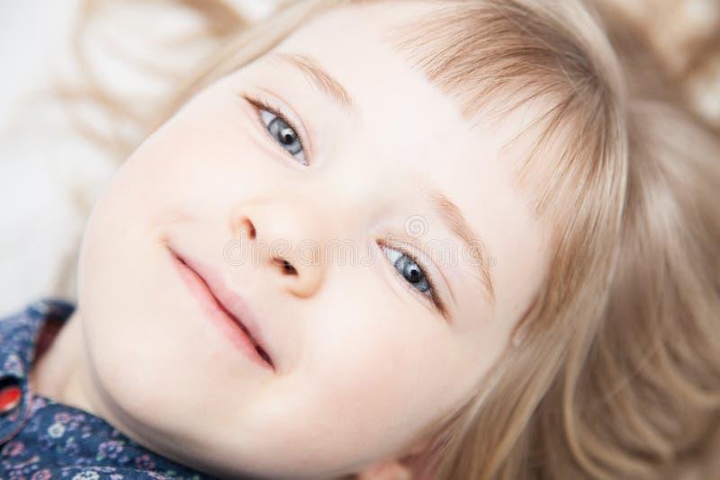Portret powabna mała dziewczynka fotografia stock