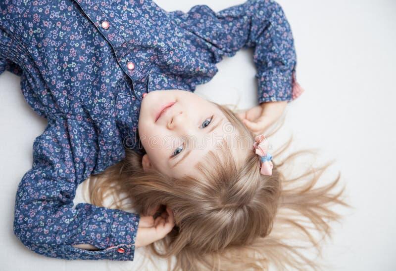 Portret powabna mała dziewczynka obraz stock