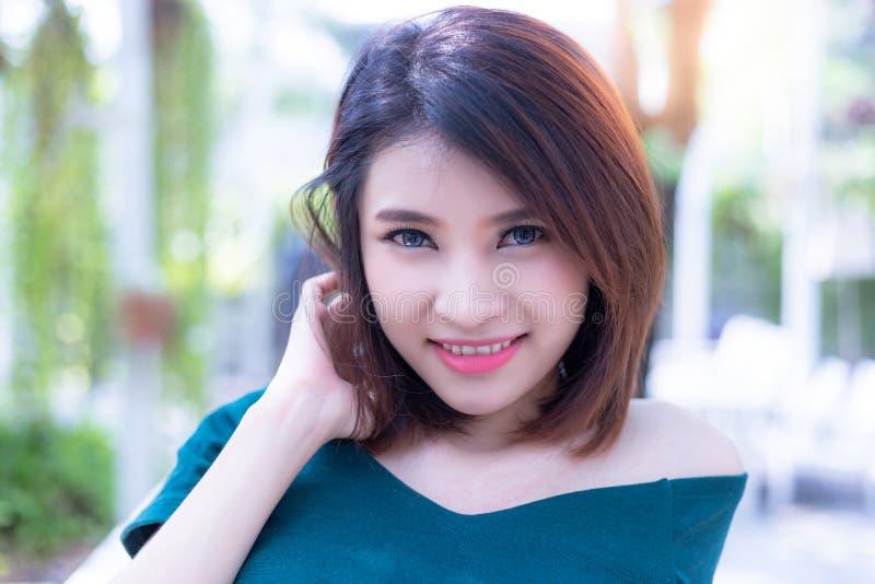 Portret powabna piękna kobieta Atrakcyjna piękna damy opłata fotografia royalty free