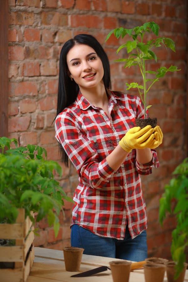 Portret powabny młody żeński ogrodnictwo zdjęcie stock