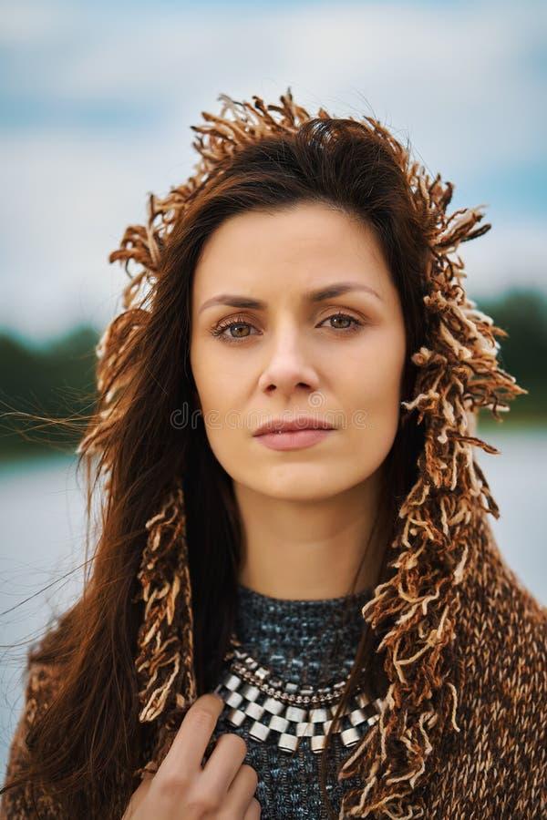 Portret pozuje przy rzek? w mie?cie na wietrznym dniu pi?kna kobieta zdjęcia royalty free