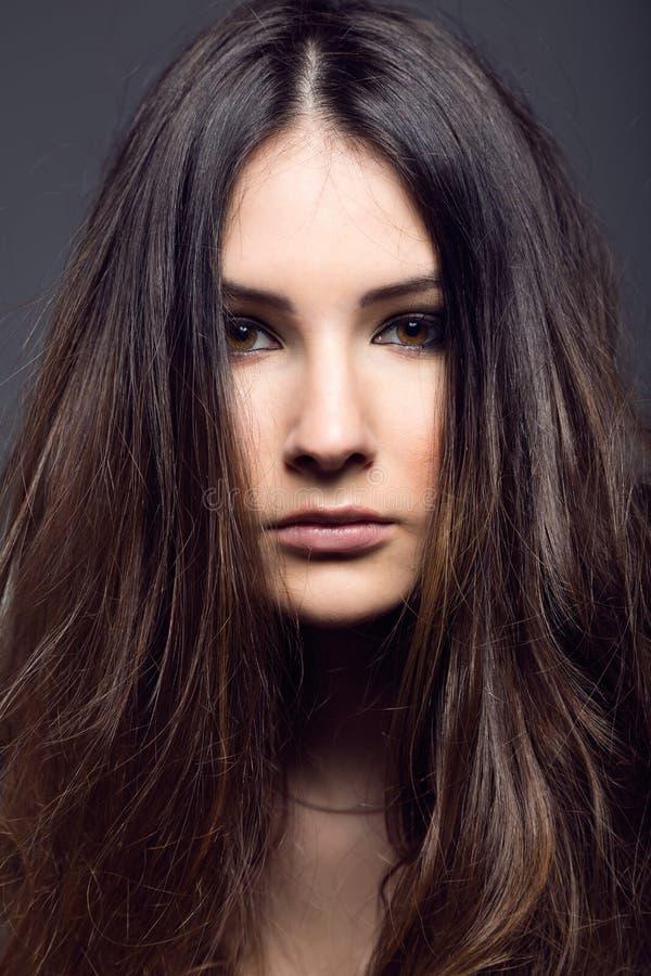 Download Portret Pozuje W Pracownianej Fotografii ładna Młoda Kobieta Obraz Stock - Obraz złożonej z classy, dziewczyna: 57669909