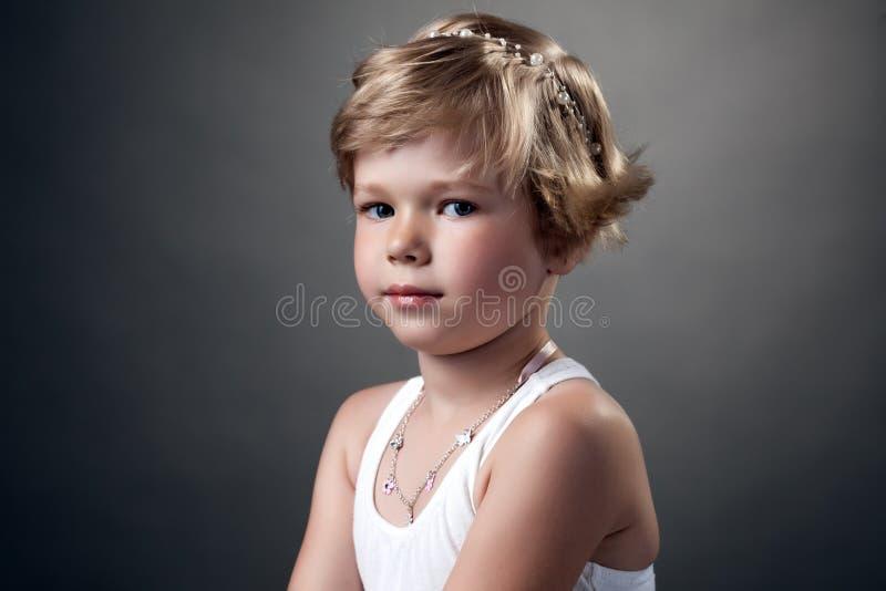 Portret pozuje w studiu ładna mała dziewczynka zdjęcie stock