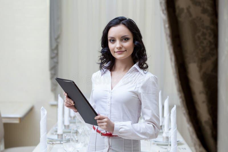 Portret pozuje z menu uśmiechnięta kelnerka obraz royalty free