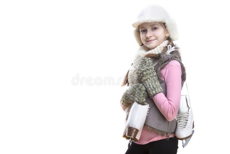 Portret Pozytywna Uśmiechnięta Kaukaska Blond dziewczyna w zimie Odziewa Pozować obracam z Lodowymi łyżwami Wewnątrz Nad ramienie fotografia royalty free