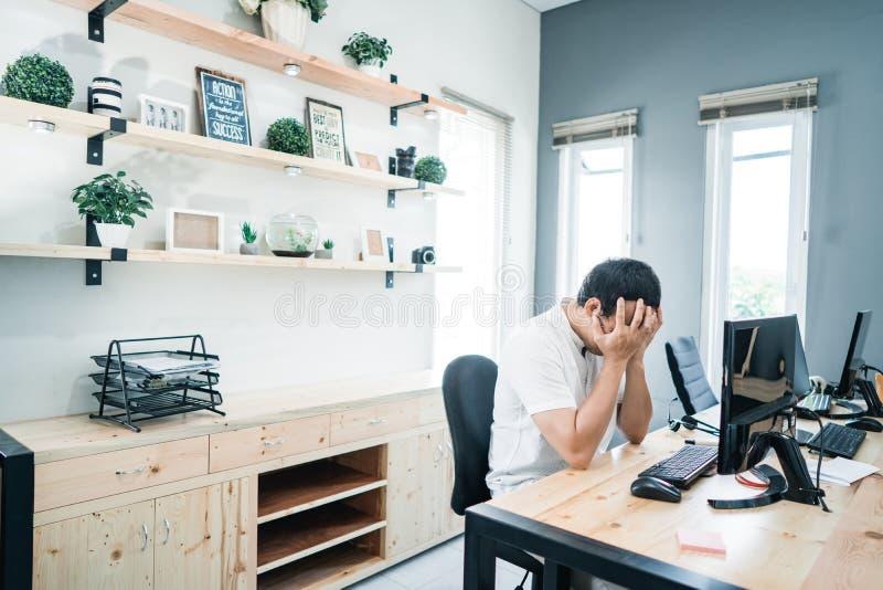 Portret pracownik samotnie na biurze z poważńy problem zdjęcie stock