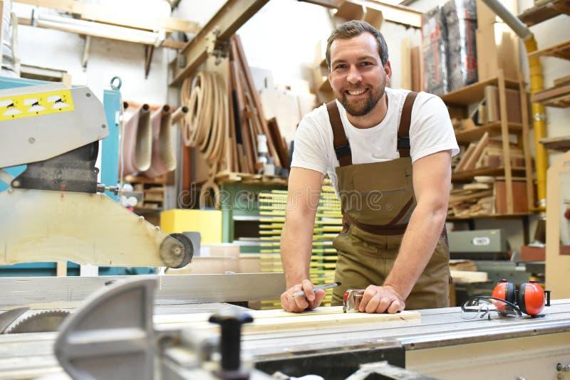Portret pracownik w joinery przy miejscem pracy - woodworking zdjęcia royalty free
