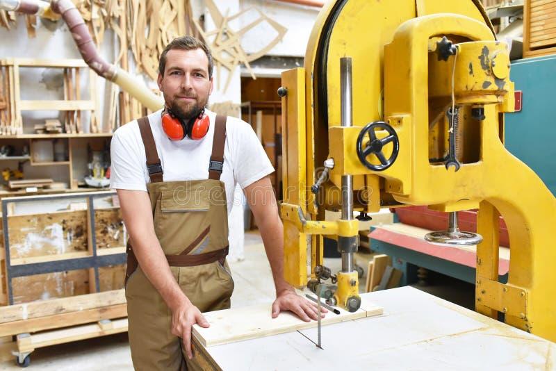 Portret pracownik w joinery przy miejscem pracy - woodworking fotografia royalty free