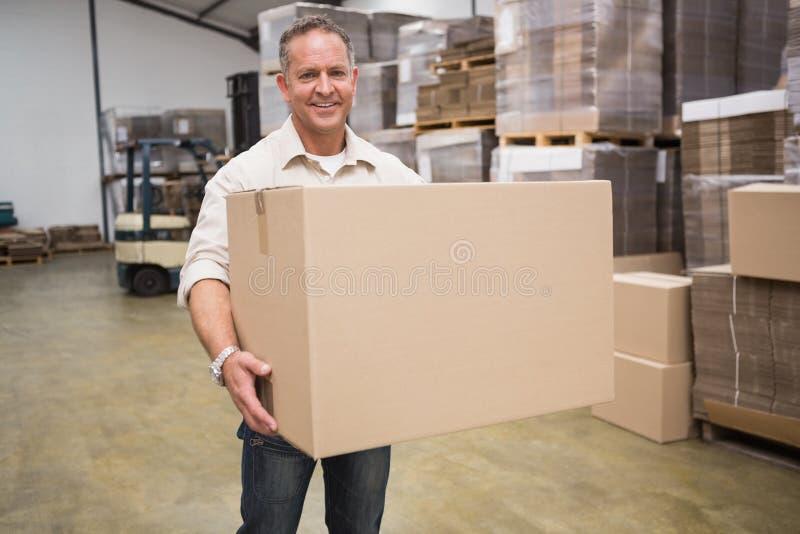 Portret pracownika przewożenia pudełko obrazy royalty free