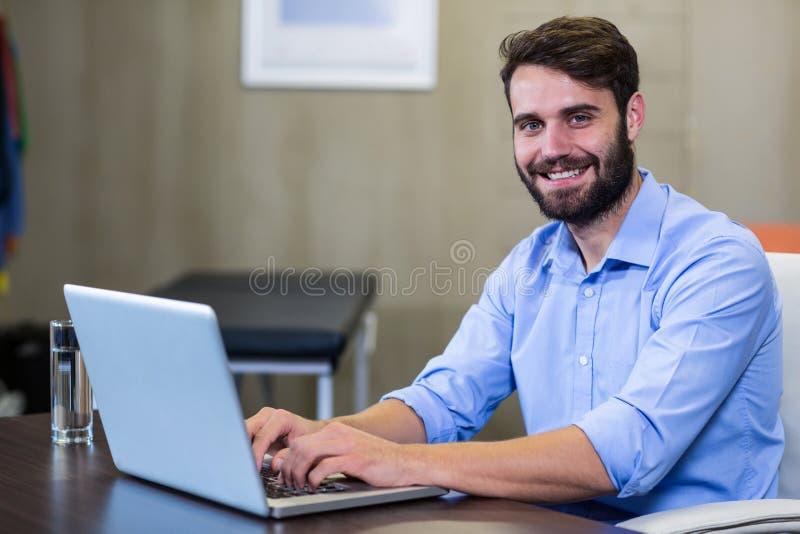 Portret pracuje na laptopie physiotherapist obrazy stock