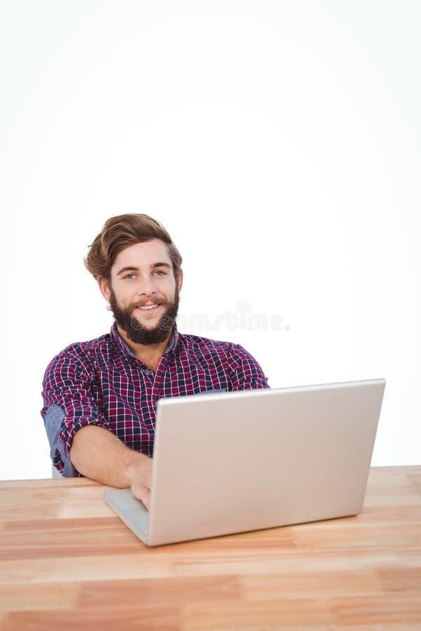 Portret pracuje na laptopie szczęśliwy modniś obraz royalty free