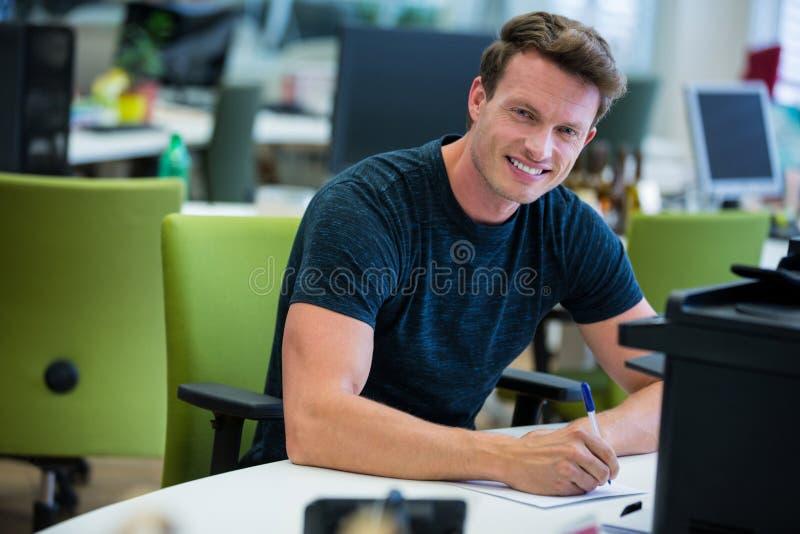 Portret pracuje przy jego biurkiem projektant grafik komputerowych zdjęcie stock