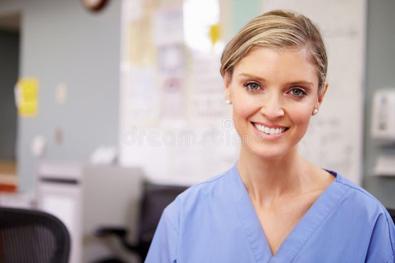 Portret Pracuje Przy pielęgniarki stacją Żeńska pielęgniarka zdjęcie stock