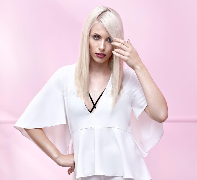 Portret prett blondynka z perfect makeup obraz royalty free