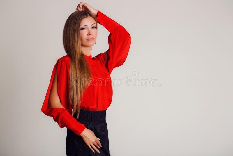Portret professioneel model op een lichte achtergrond stock afbeelding
