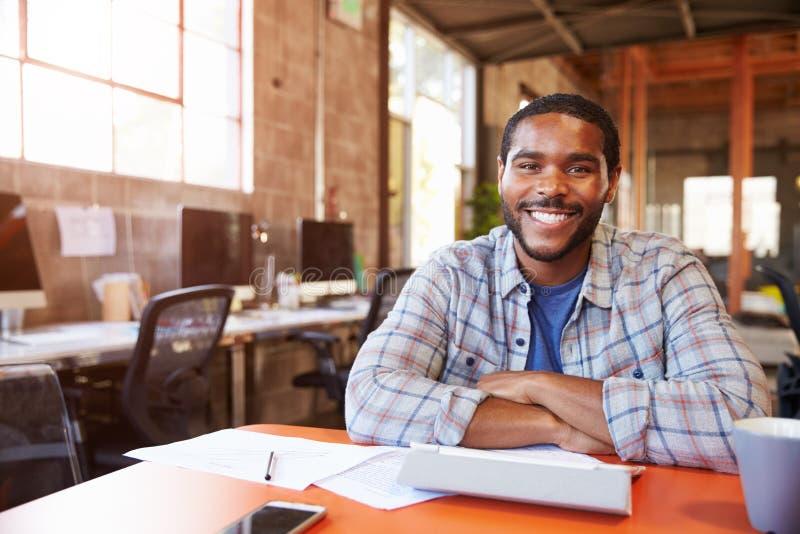 Portret projektanta obsiadanie Przy spotkanie stołem W biurze obrazy royalty free