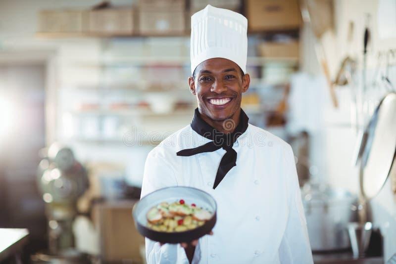 Portret przedstawia sałatki kierowniczy szef kuchni zdjęcia stock