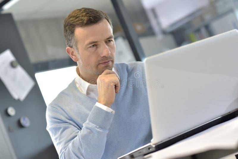Portret przemysłowy business manager przy biurem fotografia stock