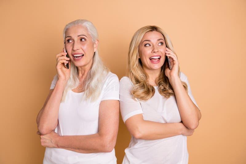 Portret przyglądające urocze urocze atrakcyjne czaruje śliczne rozochocone radosne uradowane damy jest ubranym białą koszulkę zdjęcia stock