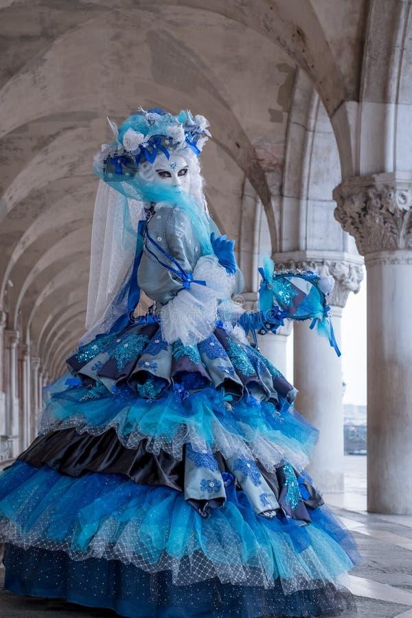 Portret przyglądający nad jej ramieniem kobieta z powrotem, pod łukami przy dożami pałac, Wenecja, Włochy podczas karnawału fotografia royalty free