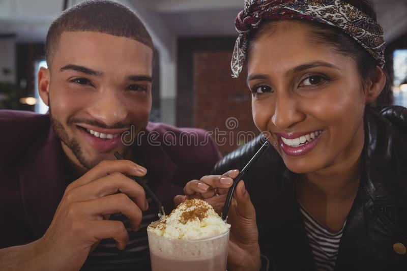 Portret przyjaciele cieszy się milkshake w kawiarni zdjęcia royalty free