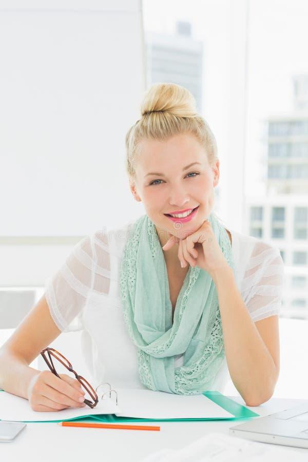 Portret przypadkowa młoda kobieta z katalogiem zdjęcie royalty free