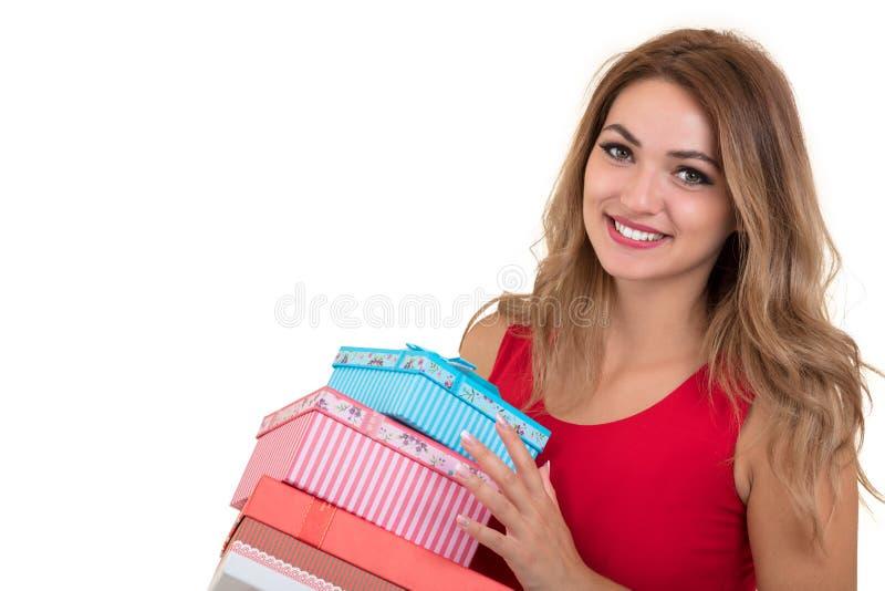 Portret przypadkowego młodego szczęśliwego uśmiechniętego kobieta chwyta prezenta czerwony pudełko Odosobniony pracowniany tło ko obrazy royalty free