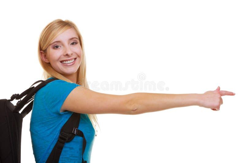 Portret przypadkowej uśmiechniętej dziewczyny żeński uczeń z torba plecaka wskazywać fotografia royalty free