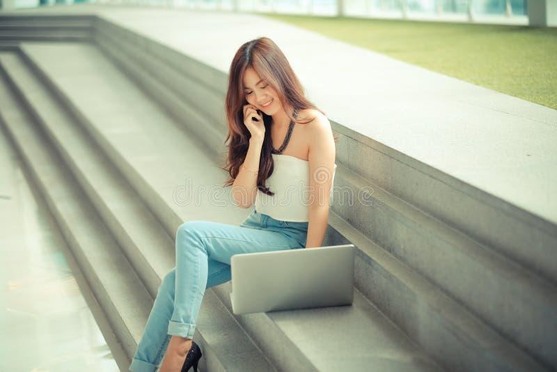Portret przypadkowy młody bizneswoman używa laptop fotografia royalty free