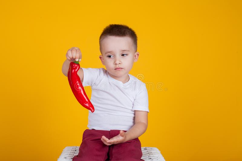 Portret przystojna chłopiec na żółtym tle i cztery roku, zdjęcie stock