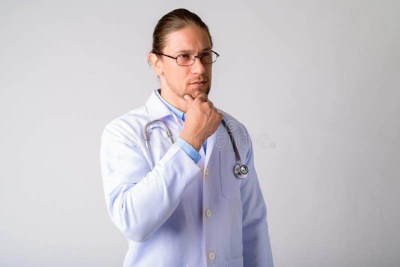 Portret przystojna mężczyzna lekarka z eyeglasses myśleć obrazy stock