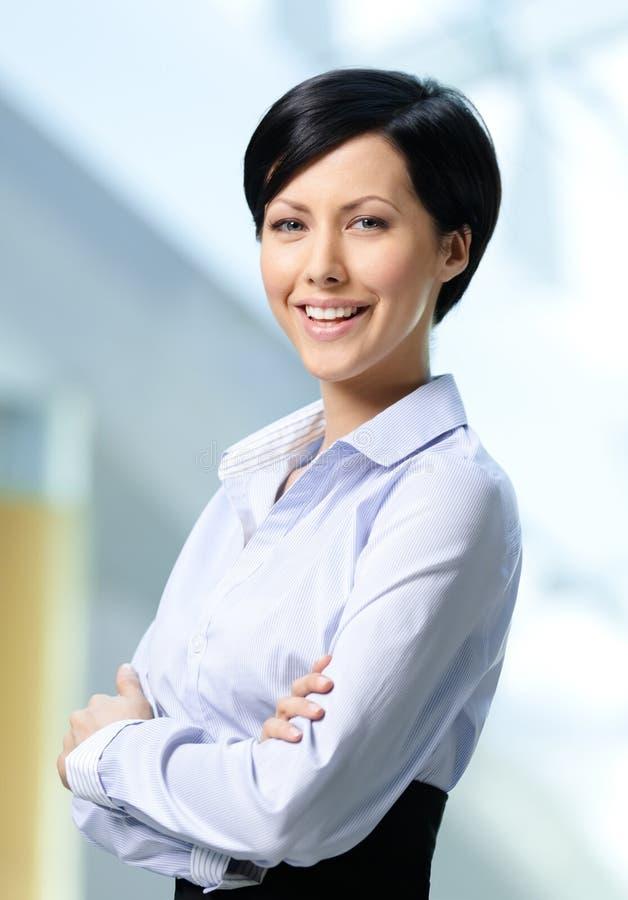 Portret przystojna pomyślna biznesowa kobieta zdjęcie stock
