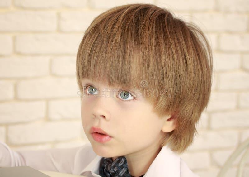 Portret przystojna trzyletnia błękitnooka chłopiec zdjęcia stock