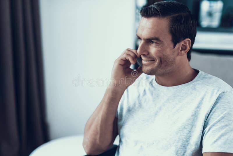 Portret Przystojna Uśmiechnięta osoba Opowiada telefon zdjęcie royalty free