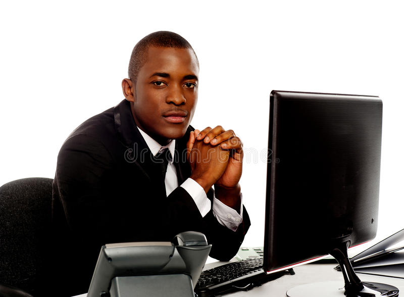 Portret przystojny afrykański młody kierownictwo zdjęcia stock