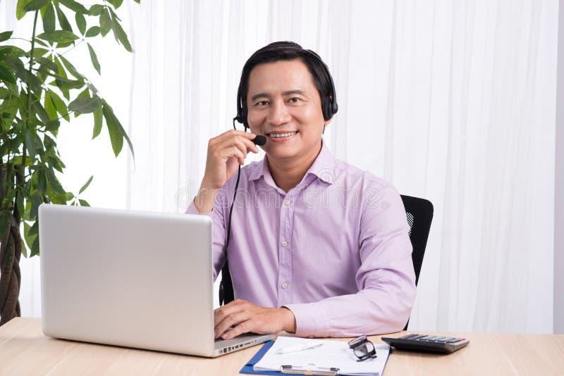 Portret przystojny azjatykci linii specjalnej osoby konsultant jest ubranym hea obraz royalty free