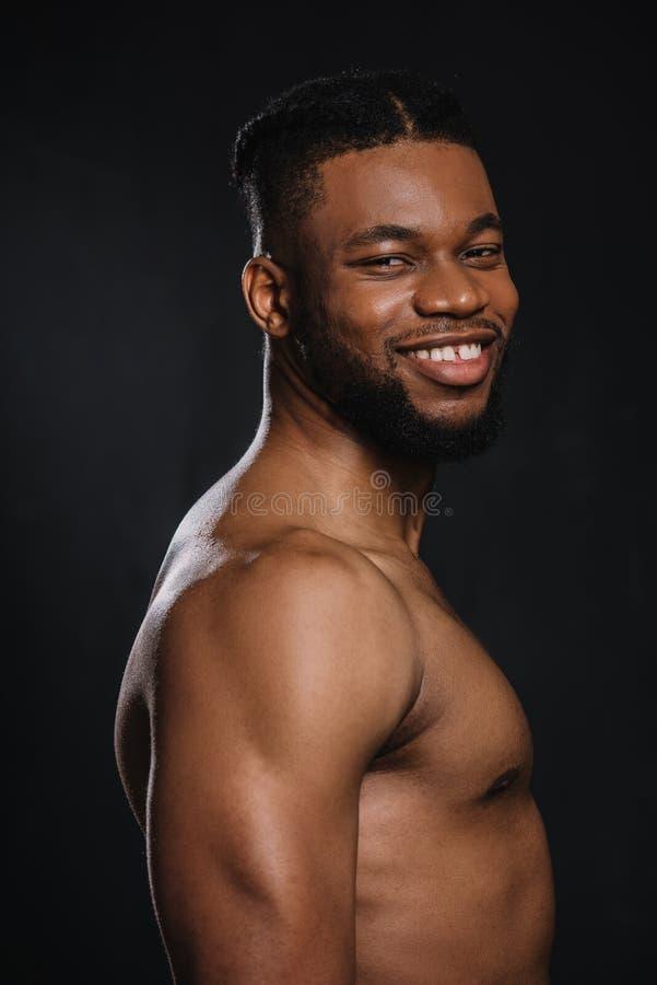 portret przystojny bez koszuli młody mięśniowy amerykanin afrykańskiego pochodzenia mężczyzna ono uśmiecha się przy kamerą zdjęcie stock