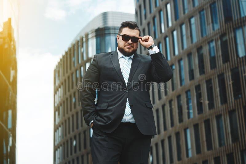 Portret przystojny biznesmen miastowy zdjęcie royalty free