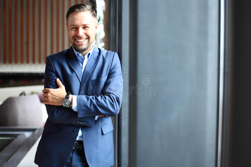 Portret przystojny biznesmen w miastowym położeniu zdjęcia stock