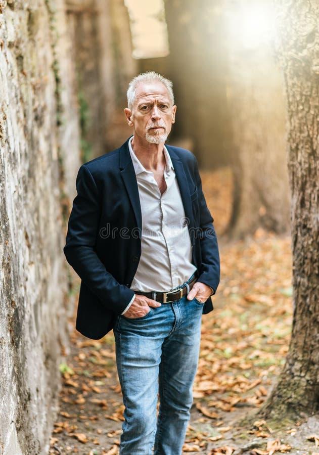 Portret przystojny dorośleć mężczyzna, lekki skutek zdjęcia stock