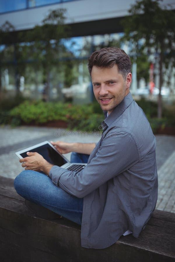 Portret przystojny dyrektor wykonawczy używa laptop obrazy royalty free