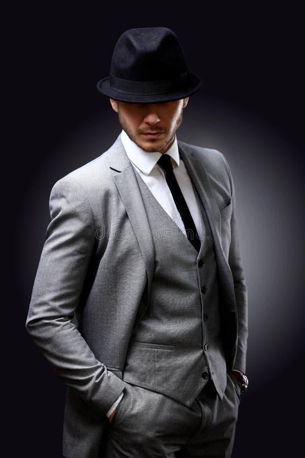 Portret przystojny elegancki mężczyzna w eleganckim kostiumu zdjęcia royalty free