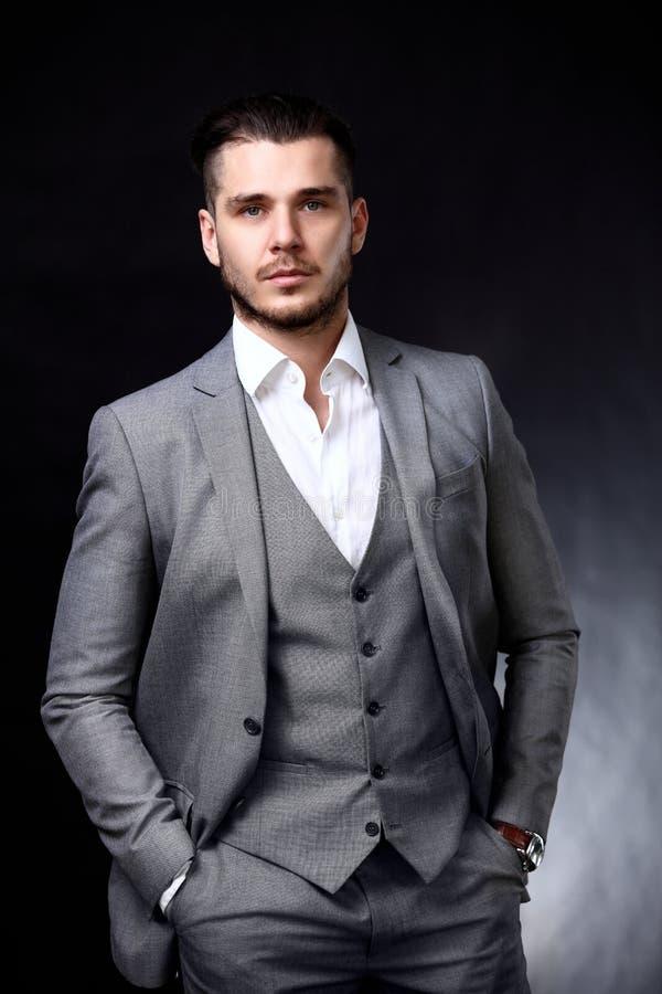 Portret przystojny elegancki mężczyzna w eleganckim kostiumu obrazy stock