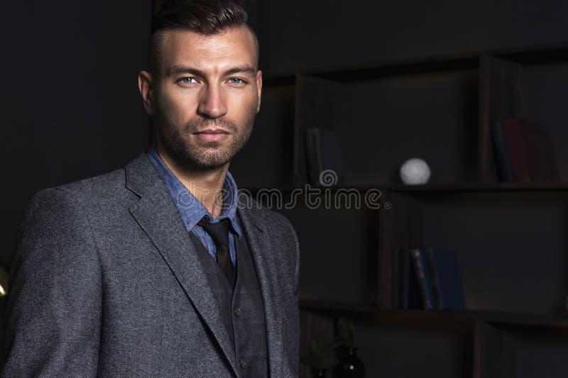 Portret przystojny elegancki mężczyzna w kostiumu Biznesowy mężczyzna z ufnym spojrzeniem obraz stock