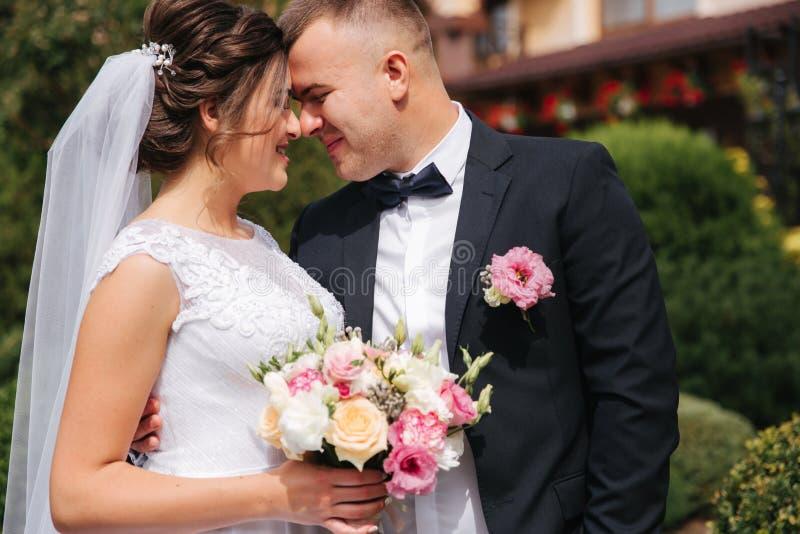 Portret przystojny fornal i powabna panna młoda Romantyczny atmophere na ślubie obrazy stock