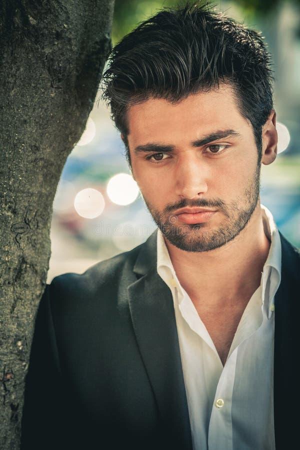 Portret przystojny i atrakcyjny zadumany mężczyzna fotografia stock